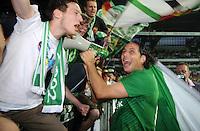 FUSSBALL   1. BUNDESLIGA   SAISON 2011/2012    7. SPIELTAG SV Werder Bremen - Hertha BSC Berlin                   25.09.2011 Claudio PIZARRO (SV Werder Bremen) jubelt nach dem Abpfiff in der Fanbkurve mit einem Megaphon