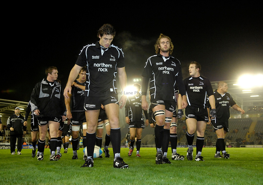 Photo: Jed Wee..Newcastle Falcons v Petrarca Padova. European Challenge Cup. 20/10/2006...Newcastle players head off the pitch, Tim Visser (L) and Geoff Parling.