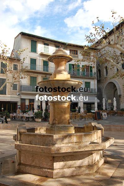 Fountain at the main square Plaza de la Constituci&oacute;n en S&oacute;ller<br /> <br /> Fuente en la Plaza de la Constituci&oacute;n en S&oacute;ller<br /> <br /> Brunnen auf dem Hauptplatz Plaza de la Constituci&oacute;n in S&oacute;ller<br /> <br /> 3008 x 2000 px