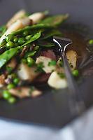 Europe/France/Aquitaine/33/Gironde/Bassin d'Arcachon/Le Cap Ferret: Tranche de porc ibérique, légumes verts en bouillon aux algues recette de Nicolas Nadau du Restaurant Ô D'ici