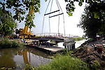 NIEUWEGEIN - Aan de rand van de Nieuwegeinse woonwijk Galecop wordt een oude betonnen brug verwijderd om verderop op nieuwe betonnen palen gelegd te worden. In opdracht van de gemeente gaat B-Ton op dezelfde plek, een hogere en bredere brug bouwen zodat in de toekomst het braakliggende terrein naast knooppunt Oudenrijn beter onsloten kan worden als bedrijventerrein. COPYRIGHT TON BORSBOOM