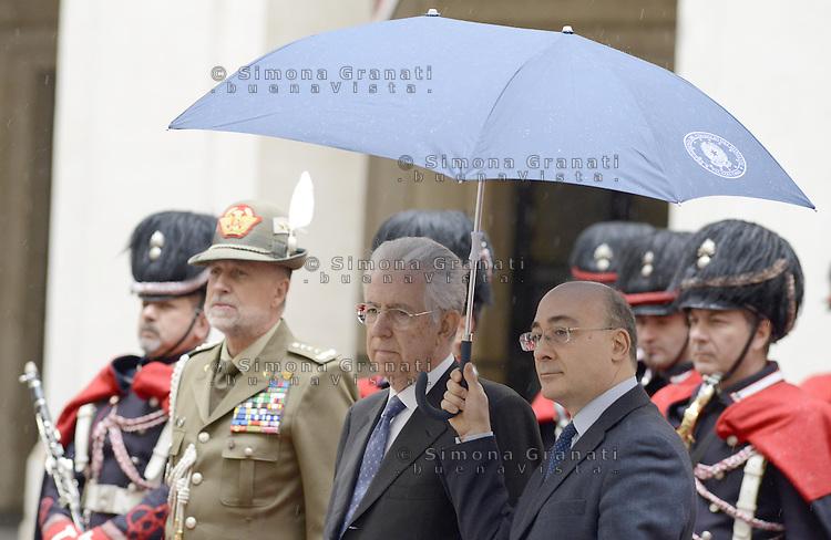 Roma, 18 Marzo 2013.Il Presidente del Consiglio Mario Monti incontra il Vicepresidente degli Stati Uniti d'America, Joe Biden..Monti in attresa con l'ombrello d' ordinanza , con il simbolo della Presidenza del Consiglio dei Ministri