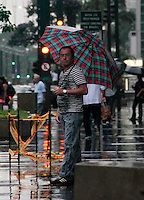 SAO PAULO, SP, 11 DE FEVEREIRO 2012 - CLIMA TEMPO - Pedestre enfrenta chuva na região da Av. Paulista, na tarde deste sábado, 11. (FOTO: VANESSA CARVALHO - NEWS FREE).