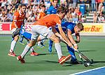 UTRECHT - Florian Fuchs (Bldaal) in duel met Sander de Wijn (Kampong)    tijdens de hoofdklasse competitiewedstrijd mannen, Kampong-Bloemendaal (2-2) . COPYRIGHT KOEN SUYK