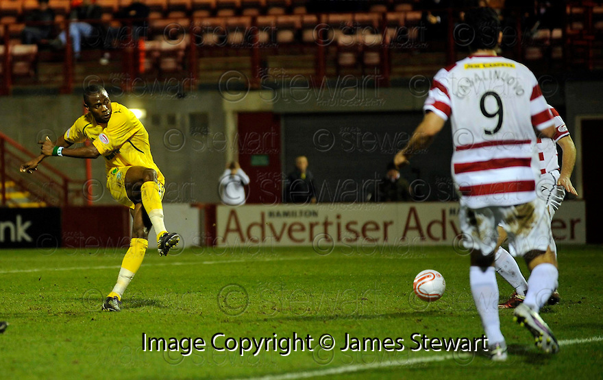 ::  HIBERNIAN'S AKPO SODJE  SCORES THE FIRST  ::