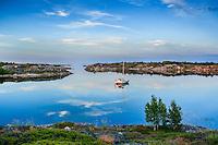 Segelbåt Stora-Nassa speglas i det spegelblanka vattnet vid Stockholms skärgård. / Stockholms archipelago Sweden.