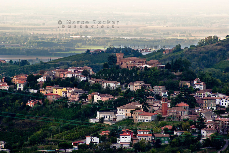 Veduta su Mornico Losana, paese in provincia di Pavia. La pianura padana sullo sfondo --- View over Mornico losana, village in the province of pavia. On the background the padan plain