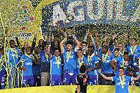 BOGOTÁ- COLOMBIA, 17-12-2017:Andrés Cadavid jugador y capitán  de Millonarios  alza  el trofeo junto con sus compañeros que los acredita como campeones de la Liga Aguila II 2017 al vencer al Independiente Sant Fe en partido por la final vuelta de la Liga Aguila 2017  entre Independiente Santa Fe y Millonarios , jugado en el estadio Nemesio Camacho El Campín de la ciudad de Bogotá. / Andres Cadavid player and captain of Millonarios lifts the trophy that accredits them as champions of the Aguila II 2017 League by beating Independiente Santa Fe in a match for the final round of the 2017 Aguila League II between Independiente Santa Fe and Millonarios, played at the Nemesio stadium Camacho El Campín of the city of Bogotá: Vizzorimage / Felipe Caicedo / Staff