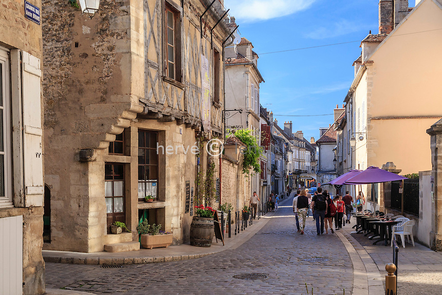 France, Yonne (89), région du Morvan, Avallon, la Grande Rue // France, Yonne, Morvan region, Avallon, Grande Rue