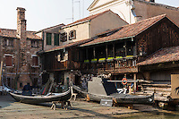 """Italie, Vénétie, Venise:   Le """"Squero"""" , atelier de réparation de gondoles  de San Trovaso, dans le sestiere du Dorsoduro   // Italy, Veneto, Venice:"""