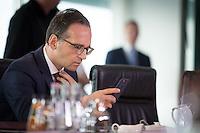 Bundesjustizminister Heiko Maas (SPD) kontrolliert am Mittwoch (21.09.16) in Berlin bei der Sitzung des Bundeskabinetts mit hilfe seines Smartphones den Sitz seiner Krawatte.<br /> Foto: Axel Schmidt/CommonLens
