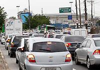 SÃO PAULO,SP,10 JANEIRO 2012 - TRANSITO ZONA OESTE<br /> Transito intenso na manhã de hoje na Av. Marques de São Vicente sentido Barra Funda proximo ao Viaduto Pompeia.FOTO ALE VIANNA - NEWS FREE.