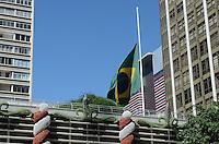 Bandeira do Brasil a meio mastro e vista na manha desta segunda feira, 10, na Avenida Paulista, regiao central da capital. FOTO: ALEXANDRE MOREIRA - BRAZIL PHOTO PRESS.