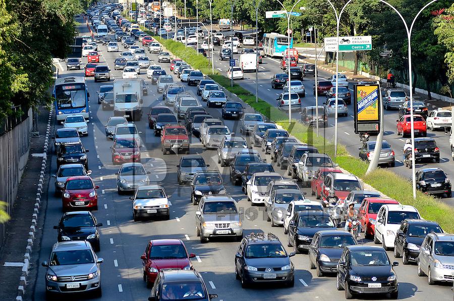 SÃO PAULO, SP, 31.01.2014 – TRÂNSITO EM SÃO PAULO: Trânsito na Av. 23 de Maio, próximo ao Parque do Ibirapuera, zona sul de São Paulo na tarde desta sexta feira. (Foto: Levi Bianco / Brazil Photo Press).