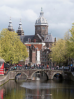 Gracht Oudezijdrs Vorburgwal und Niklauskirche Sint Nicilaaskerk, Amsterdam, Provinz Nordholland, Niederlande<br /> Gracht Oudezijdrs Vorburgwal and Niklaus church Sint Niclaaskerk , Amsterdam, Province North Holland, Netherlands