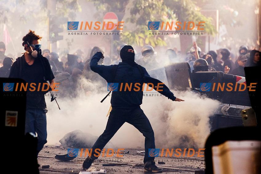 MANIFESTAZIONE DEGLI INDIGNATI CONTRO LA CRISI ECONOMICA E IL GOVERNO..NELLA FOTO SCONTRI TRA BLACK BLOC E FORZE DELL ORDINE A SAN GIOVANNI..ROMA 15 OTTOBRE 2011..PHOTO SERENA CREMASCHI INSIDEFOTO....DEMOSTRATION BY THE INDIGNANT GROUP AGAINST BANKING AND FINANCIE IN ROME..