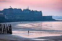 Europe/France/Bretagne/35/Ille-et-Vilaine/St Malo: Lumière du soir sur la Plage du  Sillon et la Ville Close