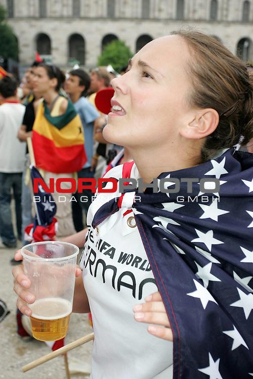 FIFA WM 2006 -  Fan Meile Nuernberg<br /> <br /> <br /> <br /> USA - Ghana<br /> <br /> <br /> <br /> Kerry Rigas (23) aus Amerika verfolgt vor der 60qm Leinwand das Spiel (USA Fahne und Bier in der Hand)<br /> <br /> <br /> <br /> Foto: nordphoto