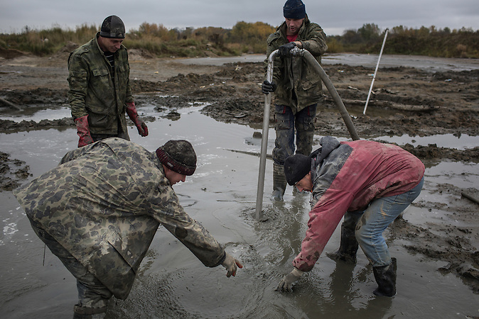 Illegaler Bernsteinabbau in Chrabowo, Region Kalinigrad. /<br />