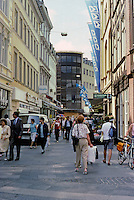 Braunschweig: Schuhstrasse. Narrow street with lots of walkers. Photo '87.