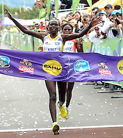 BOGOTÁ -COLOMBIA. 29-09-2013. Sylvia Kibet de Kenia ganó la Carrera de la Mujer 2013 que se cumplió en la ciudad de Bogotá con un recorrido de 12km. Segunda fue  para Paskalia Kipkoech de Kenia. /  Sylvia Kibet of Kenya won the Women's Race 2013 that was met in the city of Bogota with a distance of 12km. Second was to Paskalia Kipkoech Kenya. Photo: VizzorImage/Luis Emiro Mejía/CONT<br /> EDITORIAL USE ONLY