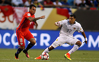 CHICAGO - UNITED STATES, 22-06-2016: Jeison  Murillo  (Der) jugador de Colombia (COL) disputa el balón con Eduardo Vargas(Izq.) jugador de Chile (CHI) durante partido porla semifinal  entre Colombia (COL) y Chile (CHI)  por la Copa América Centenario USA 2016 jugado en el estadio Soldier Field en Chicago, USA.  / Jeison Murillo  (R) player of Colombia (COL) fights the ball with Eduardo Vargas (L) player of Chile  (CHI) during a match for the quarter of finals between Colombia (COL) and Chile  (CHI) for the Copa América Centenario USA 2016 played at Soldier Field  stadium in Chicago, USA. Photo: VizzorImage/ Luis Alvarez /Cont.