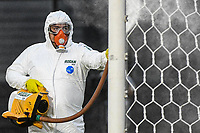 Rio de Janeiro (RJ), 28/06/2020 - Vasco-Macaé - Agente de limpeza faz higienizacao. Partida entre Vasco e Macaé, válida pela quarta rodada da Taça Rio, realizada no Estádio de São Januário, na zona norte do Rio de Janeiro, neste domingo (28).