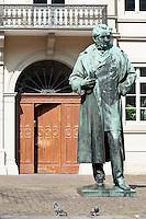 Germany, Baden-Wuerttemberg, Heidelberg: Robert Wilhelm Bunsen statue by Hermann Volz at old town { Deutschland, Baden-Wuerttemberg, Heidelberg: Robert Wilhelm Bunsen Statue von Hermann Volz in der Heidelberger Altstadt