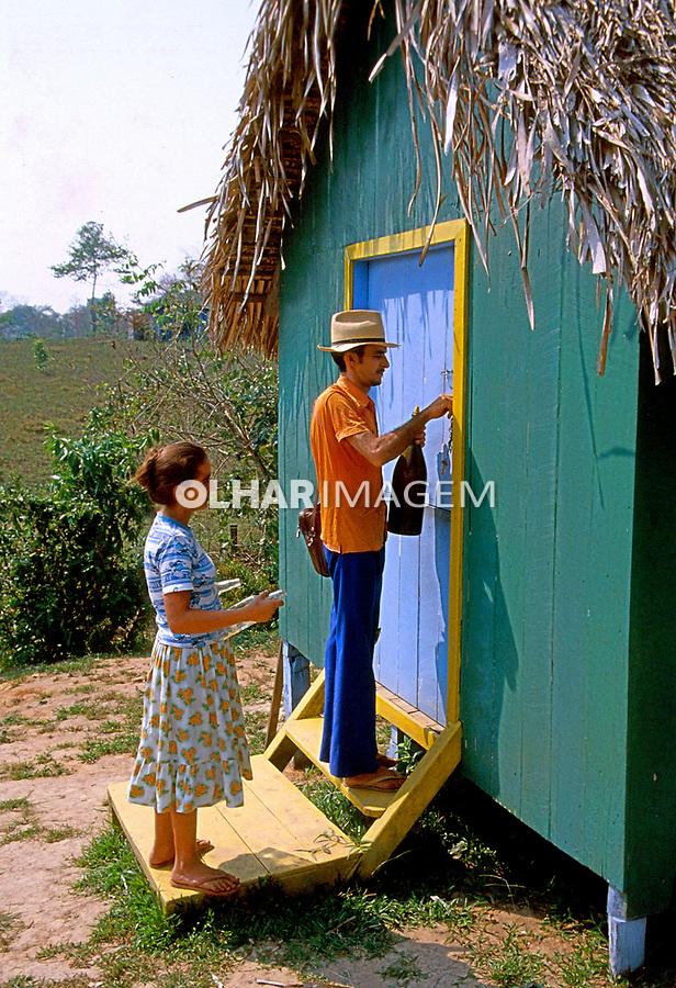 Casal entrando em casa no interior do Acre. 1990. Foto de Saulo Petean.