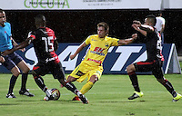 CUCUTA -COLOMBIA, 20-08-2015: Harold Gomez (Der.) jugador del Cucuta Deportivo disputa el balón con Francisco J. Garcia (Izq.) jugador de Atlético Huila durante partido por la fecha 7 de la Liga Aguila II 2015 disputado en el estadio General Santander de la ciudad de Cúcuta./ Harold Gomez(L) player of Cucuta Deportivo fights for the ball with Francisco J. Garcia (R) player of Atletico Huila during match for the 7th  date of the Aguila League II 2015 played at General Santander stadium in Cucuta city. Photo: VizzorImage / Manuel Hernandez /