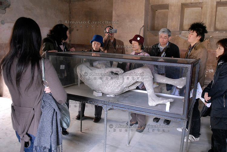 Sito archeologico di Pompei, Calco in gesso di uno dei cadaveri ritrovati durante gli scavi<br /> Archaeological site of Pompeii, plaster cast of one of the bodies found during the excavations