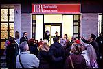 Turismo in Barriera # 2, una passeggiata alla scoperta di insoliti punti di vista in Barriera di Milano. Progetto della associazione ONEOFF nell'ambito di 'Cosa succede in Barriera' con la partecipazione di Luca Morino. Qui alla redazione di ORA, giornale in lingua romena. Dic 2012