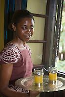 Afrique/Afrique de l'Est/Tanzanie/Zanzibar/Ile Unguja/Stone Town: Serveuse de l'Hotel Beyt al Chai [dirigé par Agnés Viellard]