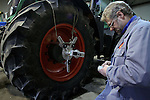 Foto: VidiPhoto..RENKUM - Personeel van bandenspecialist Hans Saris uit Valburg gebruikt dinsdag een mobiel laserapparaat om de tractorbanden van loonbedrijf Gerritsen uit Renkum ter plaatse uit te lijnen. Het is de meest zuivere uitlijning voor landbouwvoertuigen als maar mogelijk is. Er zijn slechts enkele bandenspecialisten in Nederland die deze laserapparaten gebruiken, waardoor bij agrarische bedrijven voor soms voor een paar duizend euro per jaar aan banden en brandstof wordt bespaard.