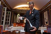 Europe/France/Aquitaine/33/Gironde/Bordeaux: Restaurant: Le Pressoir d'Argent au  Régent Grand Hôtel, service du vin [Non destiné à un usage publicitaire - Not intended for an advertising use]