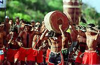 ÕNDIOS KANELA PARTICIPAM DA CORRIDA DE TORAS CARREGANDO UM TRONCO DE ¡RVORE COM CERCA DE 90 KG DURANTE O 5 JOGOS DOS POVOS INDÕGENAS.  V¡RIOS MEMBROS DA TRIBO PARTICIPARAM TORCENDO POR SEUS ATLETAS. OS JOGOS CONTARAM COM A PARTICIPA«√O DE  68 ETNIAS E CERCA DE 1100 ÕNDIOS.<br /> O EVENTO ACONTECEU DE 14 A 21 DE SETEMBRO NA PRAIA DO CRISPIM MINICÕPIO DE MARAPANIM  NO  LITORAL DO PAR¡, BRASIL.<br /> DURANTE A SUA REALIZA«√O ACONTECERAM COMPETI«'ES DE ARCO E FLEXA, CORRIDA DE TORAS E LUTAS CORPORAIS ENTRE OUTRAS MODALIDADES E CLARO O FUTEBOL.<br /> ©FOTO: PAULO SANTOS/INTERFOTO<br /> 18/09/2002<br /> Negativo Cor 135 N∫ 8297 T1 F13a