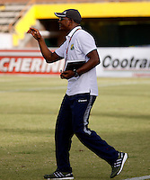 NEIVA - COLOMBIA -13 -07-2016: Oswaldo Duran, técnico de Atletico Huila da instrucciones a los jugadores durante partido entre Atletico Huila y Cortulua, por la fecha 3 de la Liga Aguila II 2016 en el estadio Guillermo Plazas Alcid de Neiva. / Oswaldo Duran, coach of Atletico Huila, gives instructions to the players during a match between Atletico Huila and Cortulua, for the date 3 of the Liga Aguila II 2016 at the Guillermo Plazas Alcid Stadium in Neiva city. Photo: VizzorImage  / Sergio Reyes / Cont.