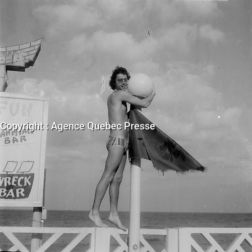 L'animateur de radio Mario Lirette, au bord de la mer<br /> <br /> (date inconnue, avant 1984)<br /> <br /> Photo : Agence Quebec Presse - Roland Lachance