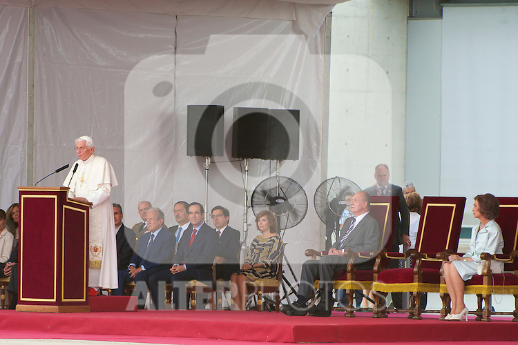 Pope Benedict XVI waves to the crowd surrounded by Queen Sofia of Spain and King Juan Carlos of Spain at the end of his visit to Spain for leading The World Youth Day 2011 at Barajas airport on August 21, 2011 in Madrid, Spain..Foto: Billy Chappel / ALFAQUI