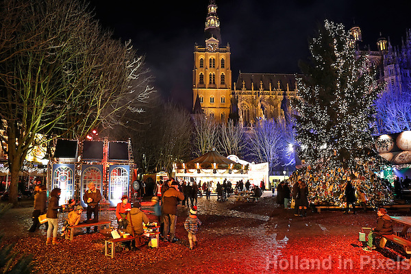 Den Bosch - Kerstliedjes, gluhwein en rijdende kathedralen bij het Bosch Winterparadijs op het plein voor de Sint Jan