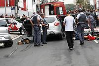 SAO PAULO - SP - 27 DE JUNHO DE 2013 - ROUBO/TIROTEIO, três elementos assaltaram uma loja de artigos esportivos na Av. Pedroso de Moraes - Pinheiros - zona oeste, foram perseguidos pela PM até a Rua Cunha Gago, aonde colidiram com um veículo estacionado havendo aí troca de tiros. Os tres foram presos e um foi baleado no braço e socorrido ao PS do Hospital das Clincas. Ocorrência no 14DP FOTO: MAURICIO CAMARGO / BRAZIL PHOTO PRESS.