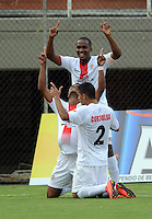 ENVIGADO- COLOMBIA -11-07-2015: Los jugadores de Cortulua celebran el gol anotado al Envigado FC, durante  partido Envigado FC y Cortulua por la fecha 1 de la Liga Aguila II 2015, en el estadio Polideportivo Sur de la ciudad de Envigado. / The players of Cortulua celebrate a scored goal to Envigado FC, during a match Envigado FC and Cortulua for the date 1 of the Liga Aguila II 2015at the Polideportivo Sur stadium in Envigado city. Photo: VizzorImage / Leon Monsalve / Cont.