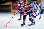 Bollnäs 2013-02-17 Bandy SM-kvartsfinal , Bollnäs GIF - Edsbyns IF :  .Bollnäs 14 Samuli Helavouri  i kamp om bollen med Edsbyn 5 Fredrik Åström.(Byline: Foto: Kenta Jönsson) Nyckelord: