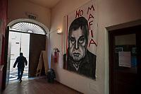 Corleone, Sicilia. L'ingresso del centro di documentazione sulla Mafia a Corleone. <br /> Il paese che da molti &egrave; considerato come il luogo dove sia nata la Mafia, si ritrova dopo la morte di Tot&ograve; Riina, a dover far i conti con una pesante eredit&agrave;. A Corleone vivono poco pi&ugrave; di 11 mila abitanti e il comune &egrave; stato sciolto per infiltrazioni mafiose nell&rsquo;agosto del 2016.