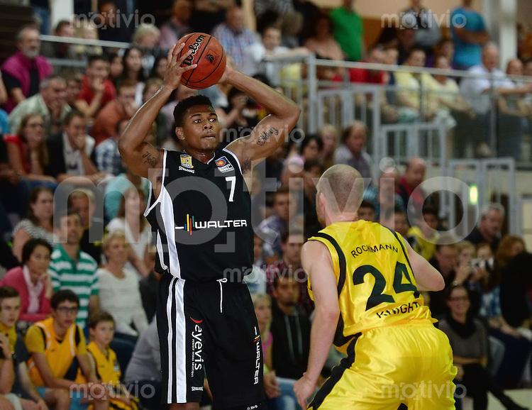 Basketball 1. Bundesliga 2013/2014  28.08.2013 Testspiel Kirchheim Knights - Walter Tigers Tuebingen Tyrone Nash (li, Tigers) gegen Max Rockmann (re, Kirchheim)