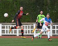 IZEGEM - TEMSE :<br /> Kenzo Deswert (R) ontzet de bal voor de ogen van Gwenny Opbrouck (L)<br /> <br /> Foto VDB / Bart Vandenbroucke