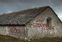 Europe/France/Auvergne/12/Aveyron/Causse du Larzac: Bergerie sur le Larzac, manifestation d'agriculteur devenu maintenant la Jasse du Larzac point d'accueil