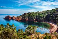 Frankreich, Provence-Alpes-Côte d'Azur, Agay (Saint-Raphaël): Bucht und kleiner Strand Calanque de Maubois | France, Provence-Alpes-Côte d'Azur, Agay (Saint-Raphaël): bay and small beach Calanque de Maubois