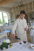 "Europe/France/Provence-Alpes-Cote d'Azur/Vaucluse/Bonnieux : Service du vin au restaurant d'Edouard Loubet ""La Bastide de Capelongue"" [Non destiné à un usage publicitaire - Not intended for an advertising use]"