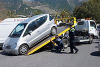 ESP, Spanien, Andalusien, Provinz Málaga, Costa del Sol, Mijas: Falschparker wird abgeschleppt | ESP, Spain, Andalusia, Province Málaga, Costa del Sol, Mijas: towing out of a non-parking zone